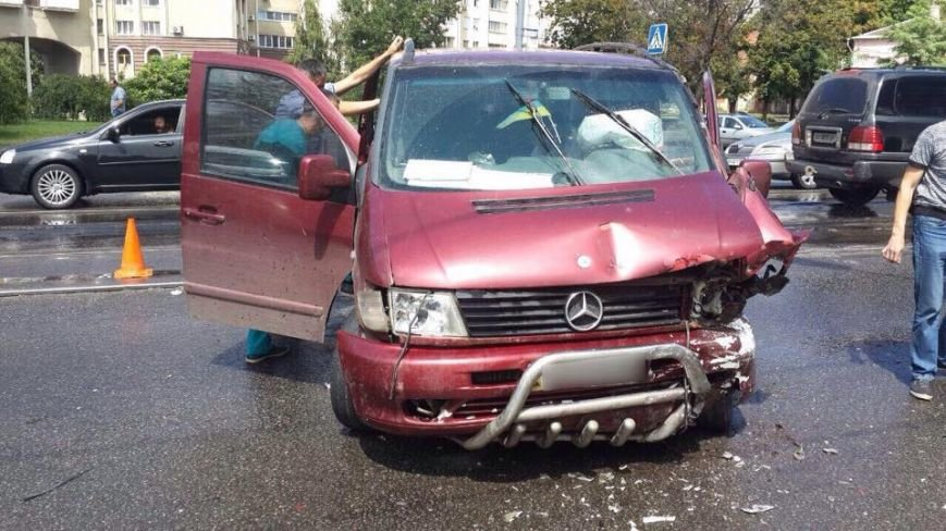 На Московском проспекте столкнулись два авто: четверо пострадавших (ФОТО), фото-2