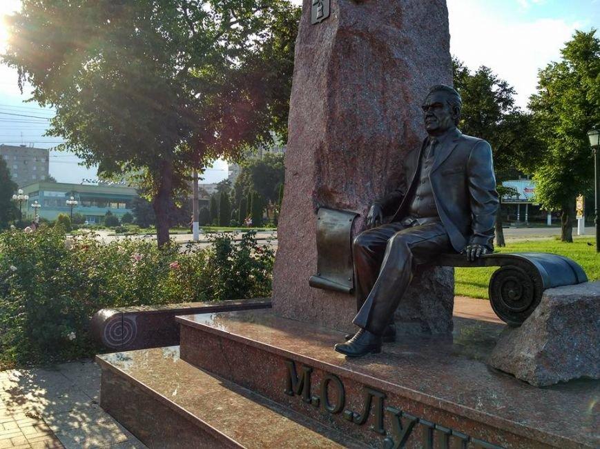 В Сумах начинает расклеиваться памятник М. Лушпе (ФОТО), фото-1