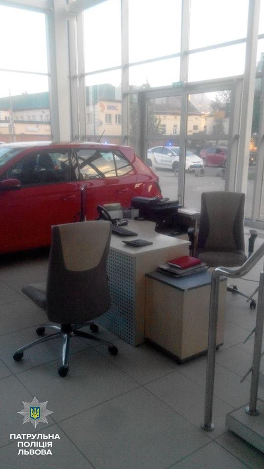 У Львові викрали автомобіль із салону (ФОТО), фото-5