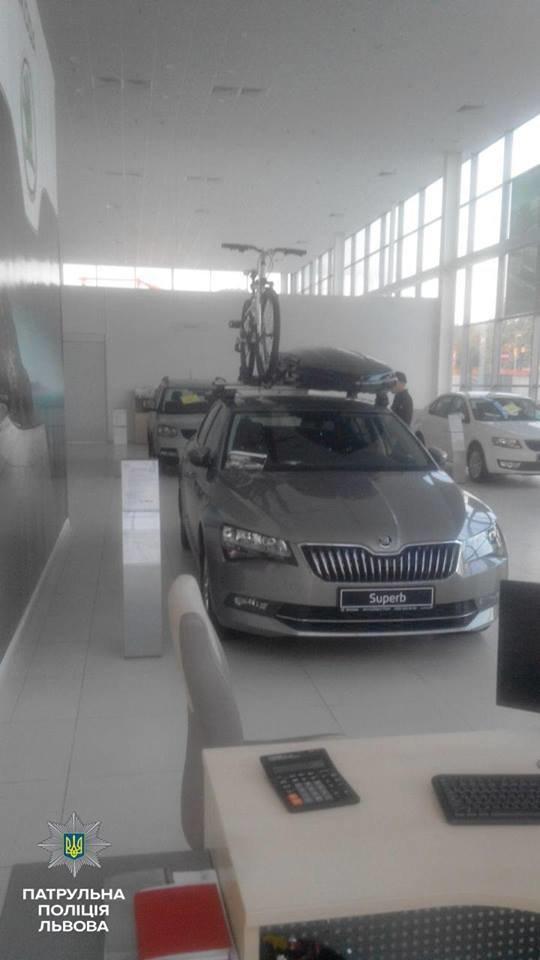 У Львові викрали автомобіль із салону (ФОТО), фото-3