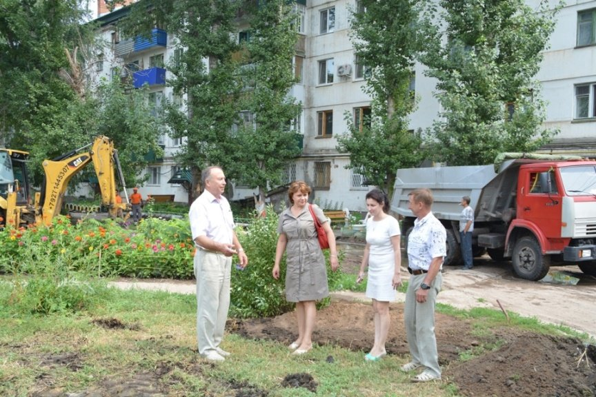 Члены ОП БМР оценивают ситуацию на дворовой территории
