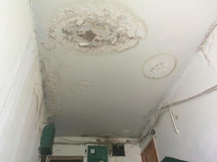 """Решето вместо крыши: жителей пятиэтажки на Салтовке затапливает после каждого дождя. Власти """"закрывают глаза"""" (ФОТО), фото-1"""