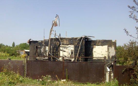 В Авдеевке после обстрела боевиков сгорел частный дом (ФОТО), фото-2