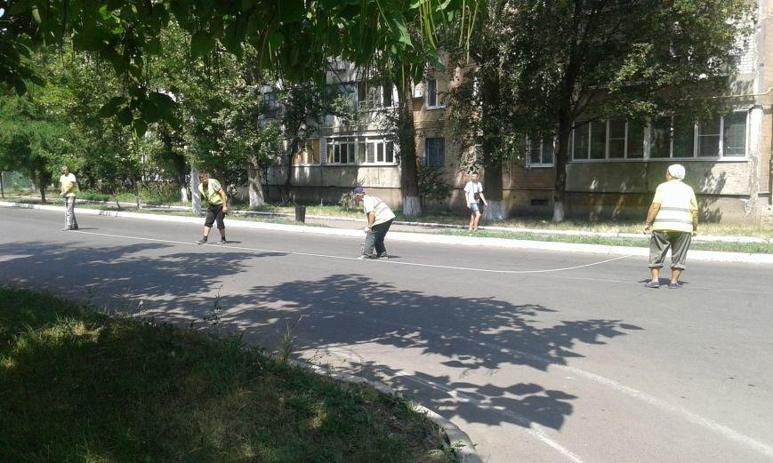 В Авдеевке обновляют дорожную разметку и продолжают ямочный  ремонт дорог (ФОТО), фото-1