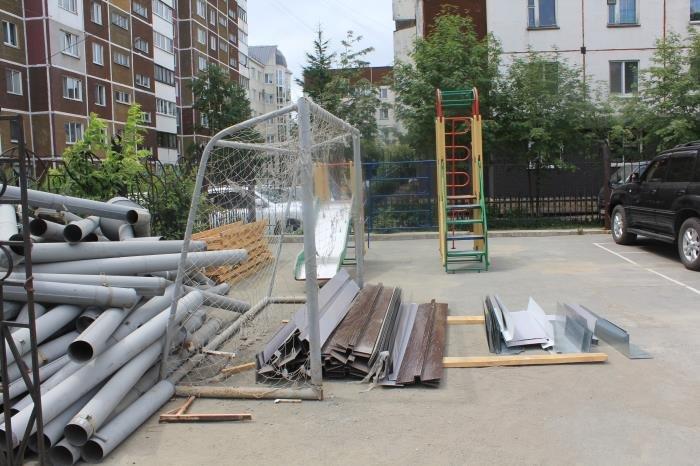 В Южно-Сахалинске журналисты проверили состояние детских площадок, фото-2