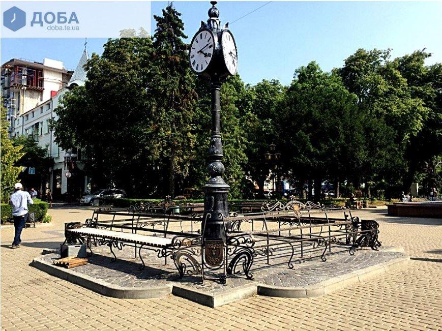 У центрі Тернополя, біля історичного годинника, зняли дошки з лавок (Фотофакт), фото-1