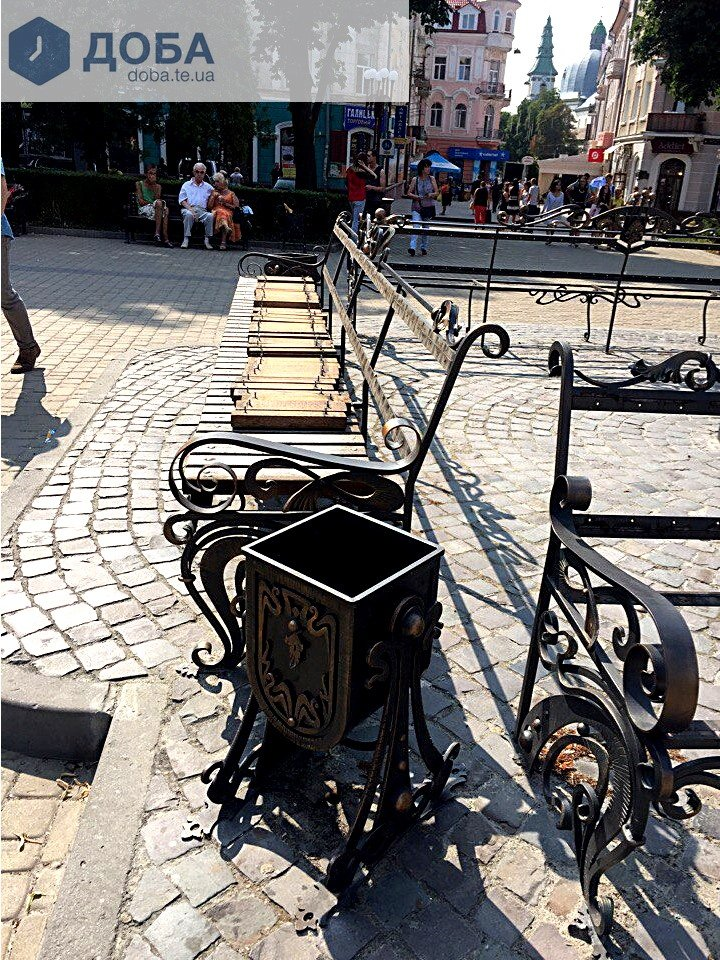 У центрі Тернополя, біля історичного годинника, зняли дошки з лавок (Фотофакт), фото-2