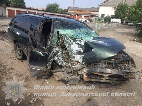У центрі Ужгорода авто в'їхало в дерево - водій загинув: фото, фото-1