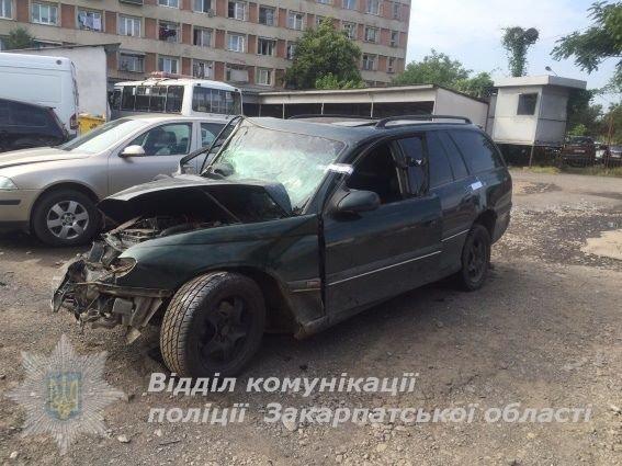 У центрі Ужгорода авто в'їхало в дерево - водій загинув: фото, фото-2