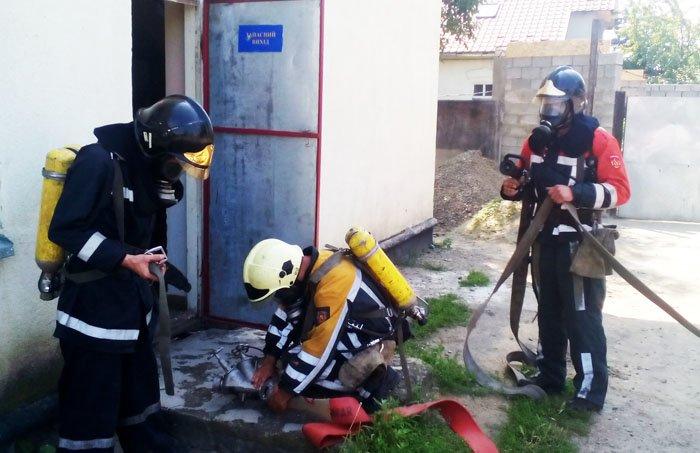 """Чопські рятувальники спільно із залізничниками гасили """"пожежу"""": фото, фото-3"""