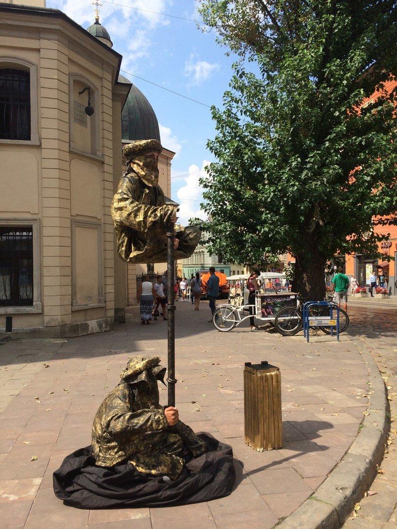 У центрі Львова жива скульптура зависла у повітрі над землею (ФОТО), фото-1