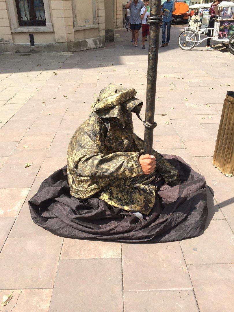 У центрі Львова жива скульптура зависла у повітрі над землею (ФОТО), фото-4
