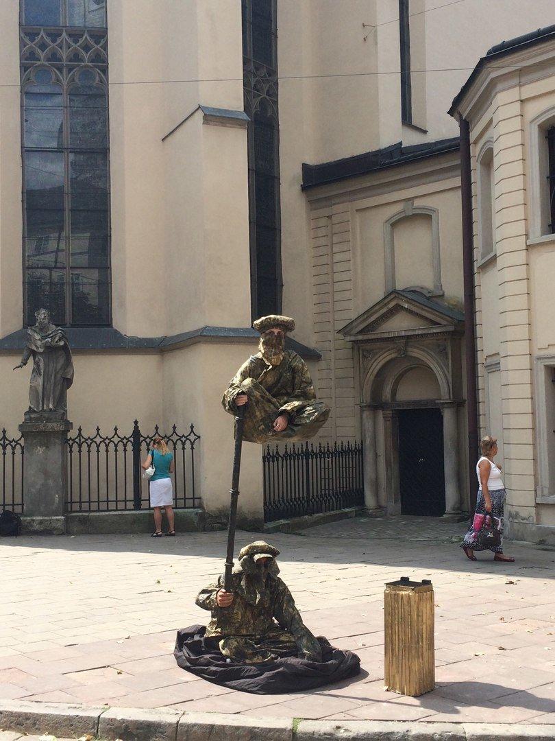 У центрі Львова жива скульптура зависла у повітрі над землею (ФОТО), фото-3