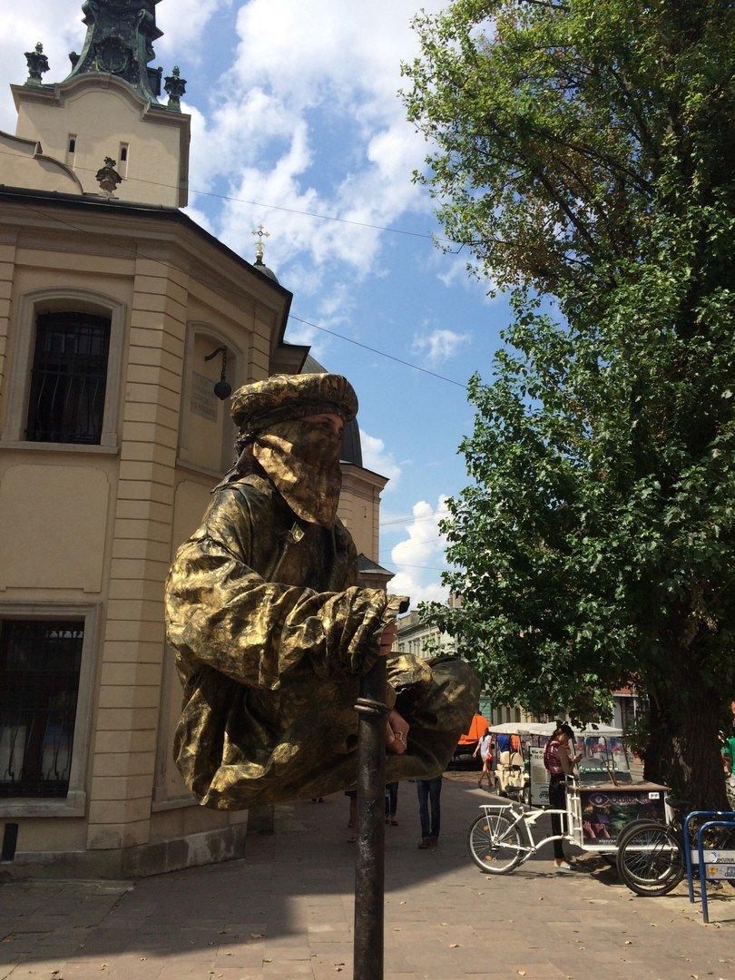 У центрі Львова жива скульптура зависла у повітрі над землею (ФОТО), фото-2