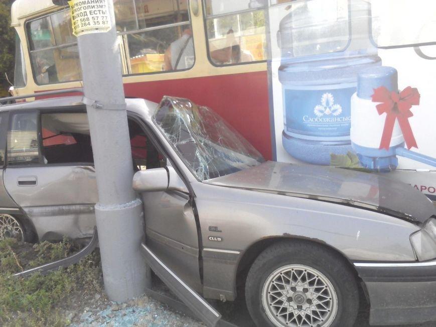 "На Салтовке трамвай прижал ""легковушку"" к столбу (ФОТО), фото-1"