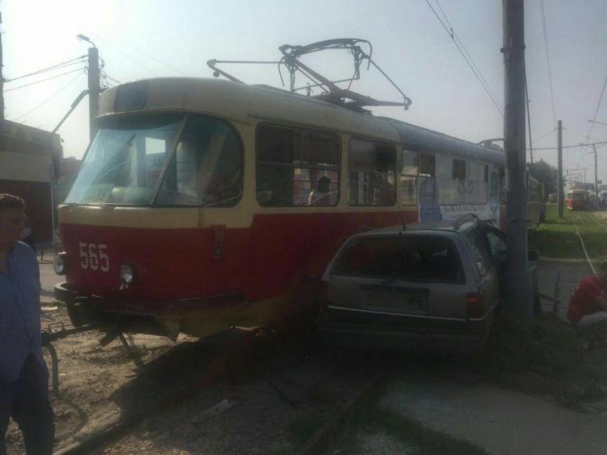 "На Салтовке трамвай прижал ""легковушку"" к столбу (ФОТО), фото-2"