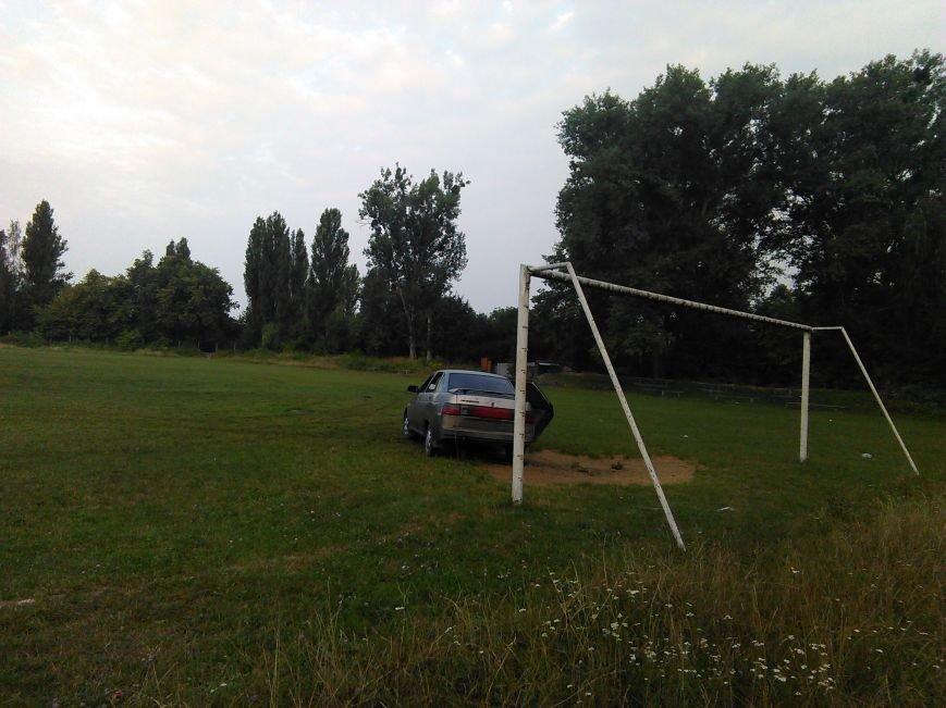 """СТОП-КАДР: Невідомі """"переорали"""" стадіон у """"Морському"""", фото-1"""