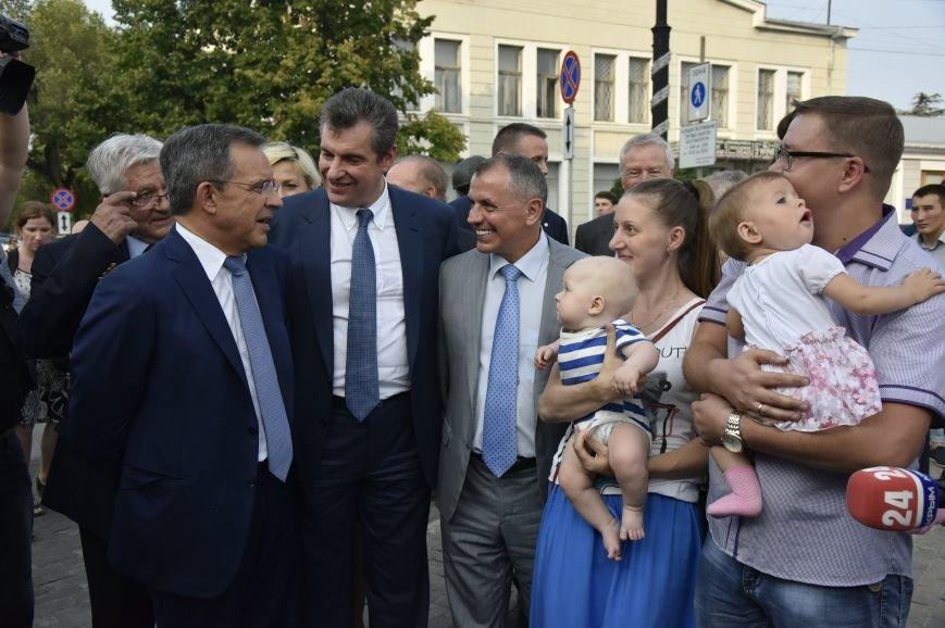 Французы в Симферополе: фото с Вежливыми людьми и селфи с крымчанками (ФОТО), фото-2