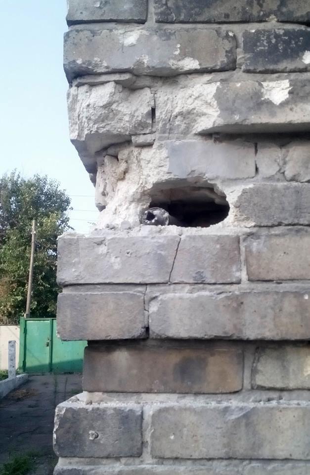 Боевики обстреляли Марьинку - пострадали дома мирных жителей (ФОТО), фото-2