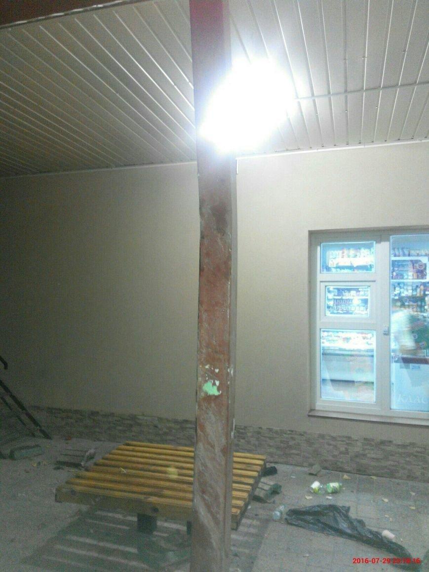 У Тернополі біля зупинки перекинувся бус (Фото), фото-4