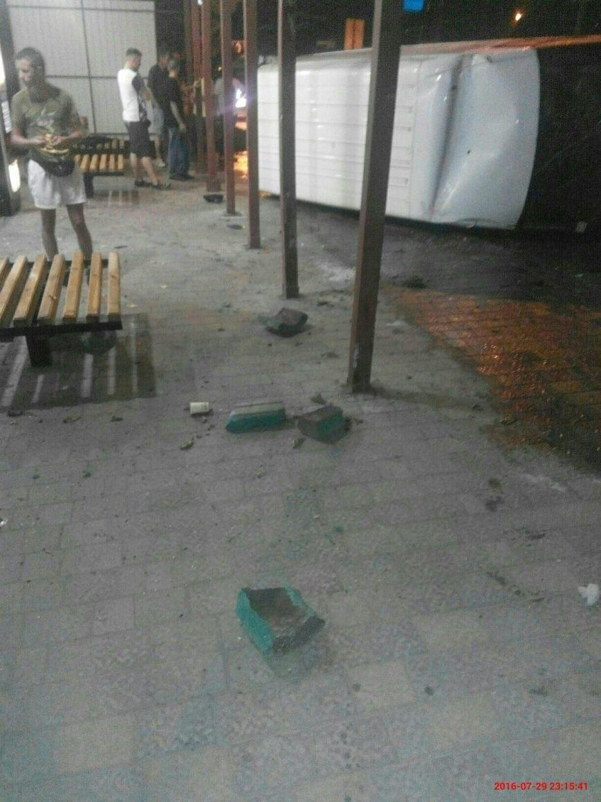 У Тернополі біля зупинки перекинувся бус (Фото), фото-6