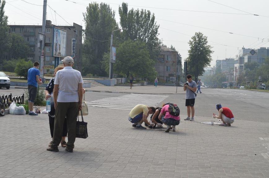 На Малом рынке запорожские активисты разукрашивают люки (ФОТО), фото-1