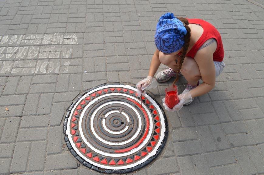 На Малом рынке запорожские активисты разукрашивают люки (ФОТО), фото-8