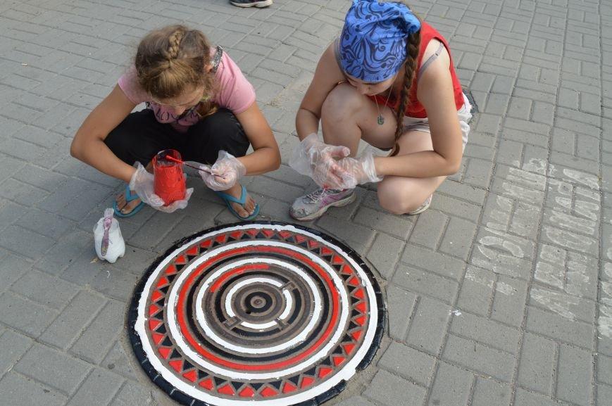 На Малом рынке запорожские активисты разукрашивают люки (ФОТО), фото-4