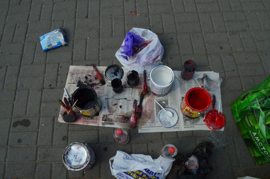 На Малом рынке запорожские активисты разукрашивают люки (ФОТО), фото-5