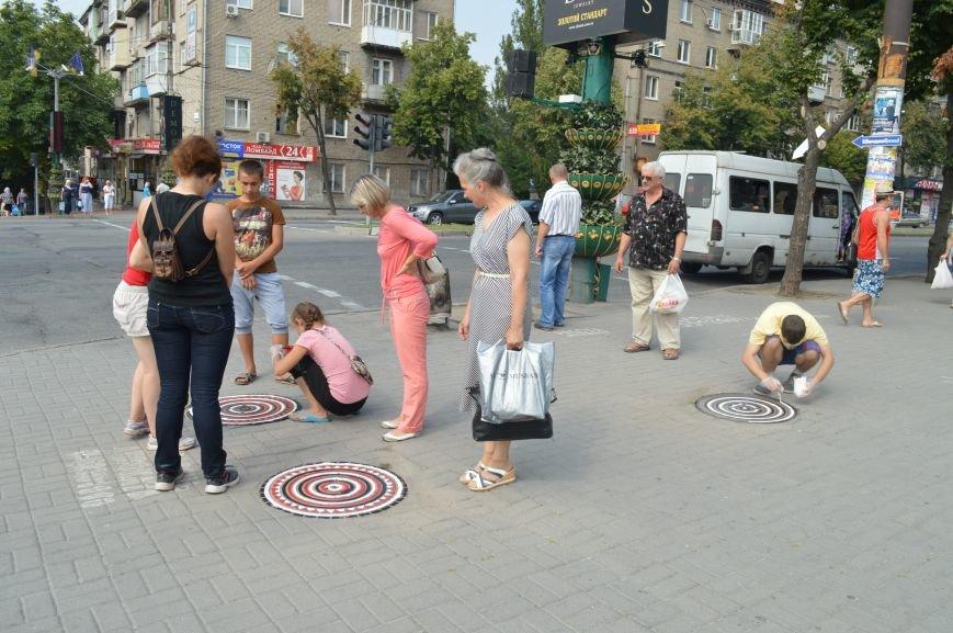 На Малом рынке запорожские активисты разукрашивают люки (ФОТО), фото-6