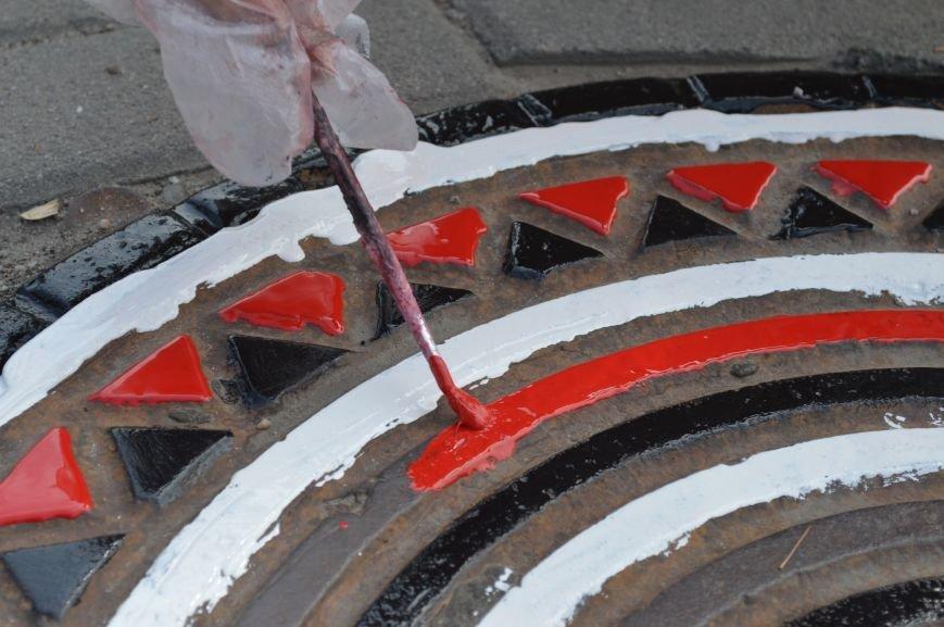 На Малом рынке запорожские активисты разукрашивают люки (ФОТО), фото-3