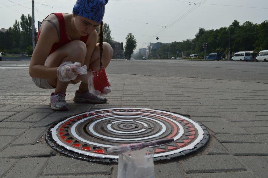 На Малом рынке запорожские активисты разукрашивают люки (ФОТО), фото-2