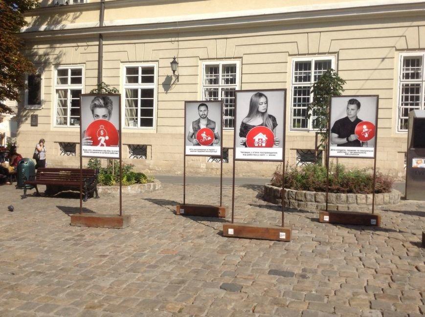 У Львові відкрилася фотовиставка з нагоди відзначення Всесвітнього дня боротьби з торгівлею людьми (ФОТО), фото-3