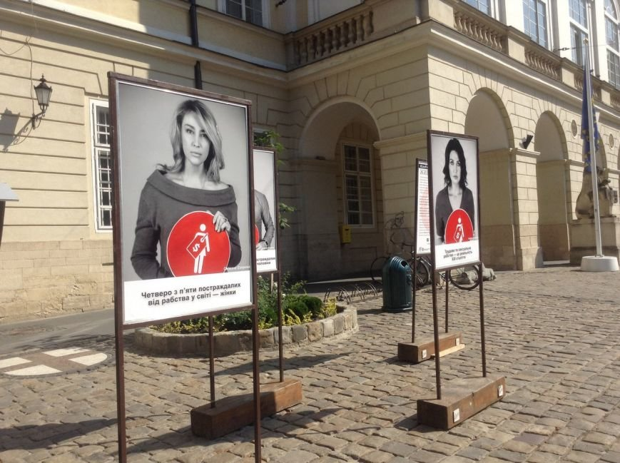 У Львові відкрилася фотовиставка з нагоди відзначення Всесвітнього дня боротьби з торгівлею людьми (ФОТО), фото-5