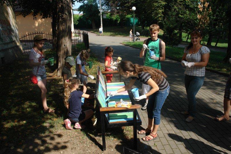 """На """"Валах"""" з'явилася кольорова лавочка розмальована дітьми. Фото, фото-2"""