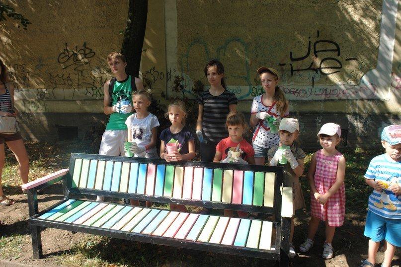 """На """"Валах"""" з'явилася кольорова лавочка розмальована дітьми. Фото, фото-6"""