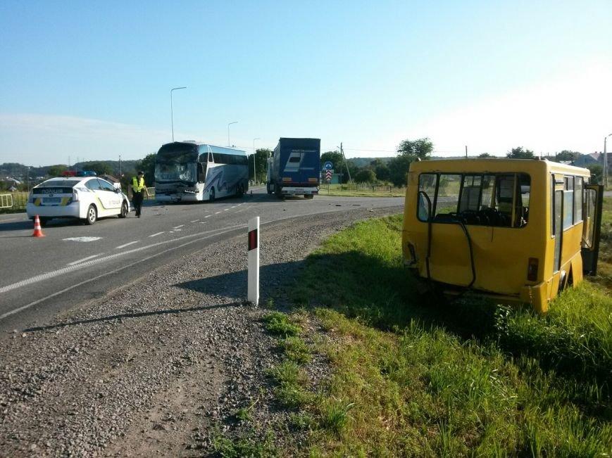 На Львівщині рейсовий автобус зіштовхнувся з маршруткою, фото-1
