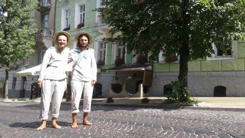 До Львова завітали  двоє мандрівників, які пішки йдуть з Ужгорода до Харкова (ФОТО), фото-2