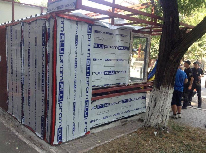 В центре Мариуполя  никак не могли снести незаконно установленный киоск (ФОТО, ВИДЕО), фото-9