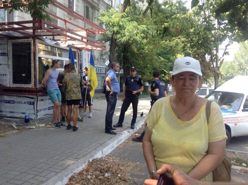 В центре Мариуполя  никак не могли снести незаконно установленный киоск (ФОТО, ВИДЕО), фото-7