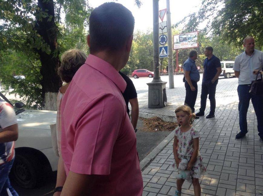 В центре Мариуполя  никак не могли снести незаконно установленный киоск (ФОТО, ВИДЕО), фото-10