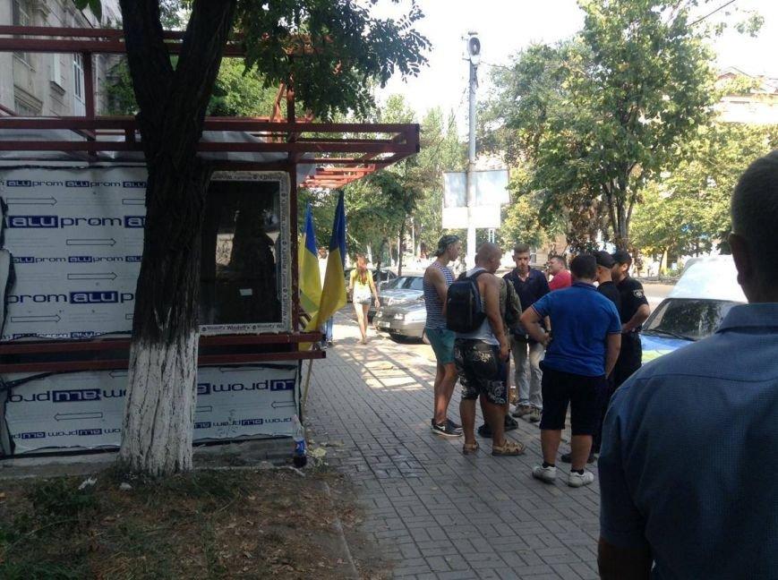 В центре Мариуполя  никак не могли снести незаконно установленный киоск (ФОТО, ВИДЕО), фото-1