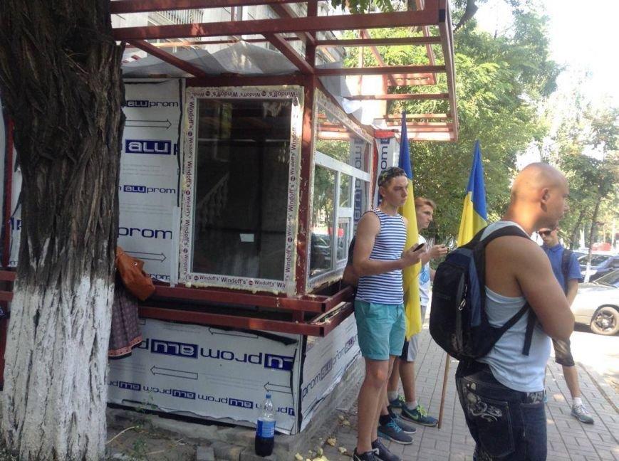 В центре Мариуполя  никак не могли снести незаконно установленный киоск (ФОТО, ВИДЕО), фото-2