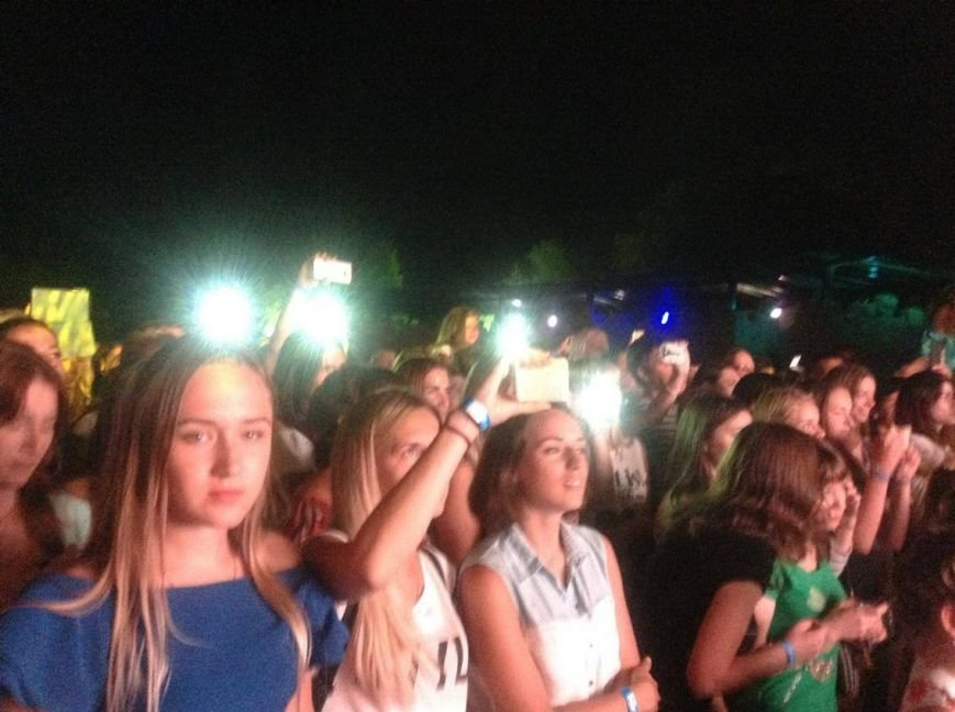Певица Вера Брежнева в Бердянске надевала на головы зрителей диадемы (ФОТО, ВИДЕО), фото-4