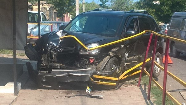 Под Одессой иномарка разворотила ограждение тротуара (ФОТО), фото-1