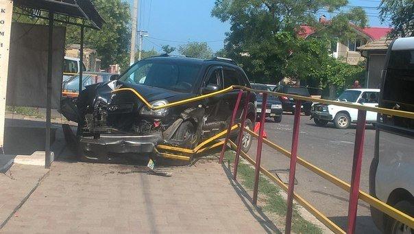 Под Одессой иномарка разворотила ограждение тротуара (ФОТО), фото-2