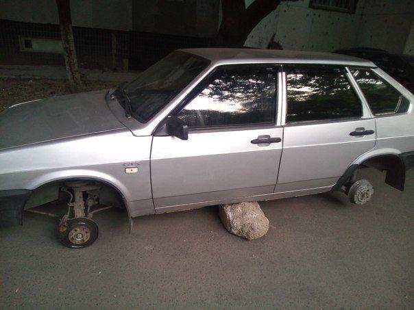 В Одессе резиновые злоумышленники положили машину на пузо, фото-1