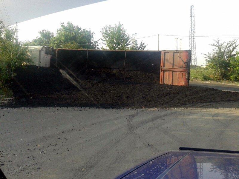 В Макеевке перевернулась фура с углем (ФОТО), фото-1
