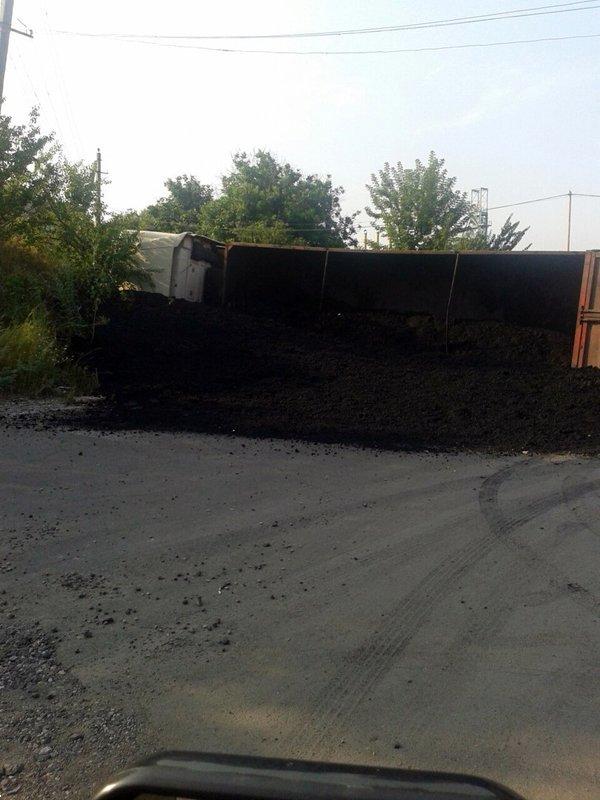 В Макеевке перевернулась фура с углем (ФОТО), фото-2