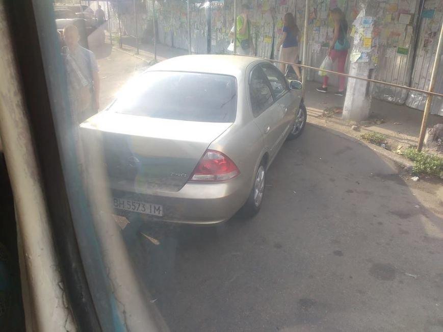 Пассажиры одесского трамвая отволочили машину с рельсов (ФОТО), фото-2